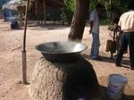 ココナッツ砂糖を煮詰める鍋 2009年12月28日アンコールワット 019.jpg